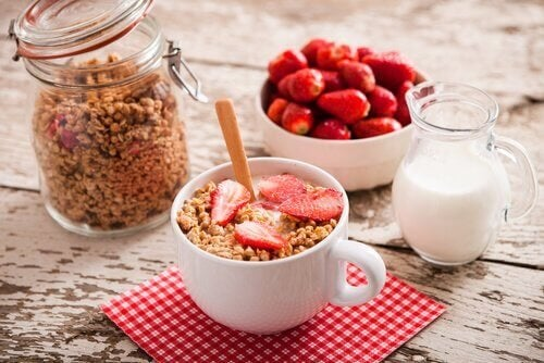 Буркан с мюсли, купичка с ягоди и чаша с кисело мляко, мюсли и ягоди
