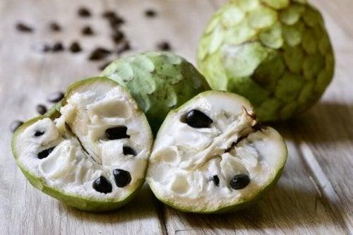 Тропическият плод черимоя е богат на редица полезни вещества.