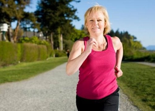 Менопаузата се отразява на сърцето: една жена тича в парк