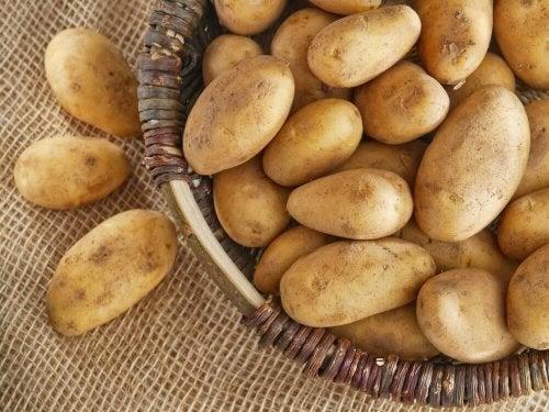 За лечение на възпалени очи: Картофи в чиния на маса