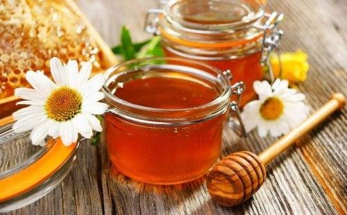 Маските с мед са отлично средство с грижа за кожата.