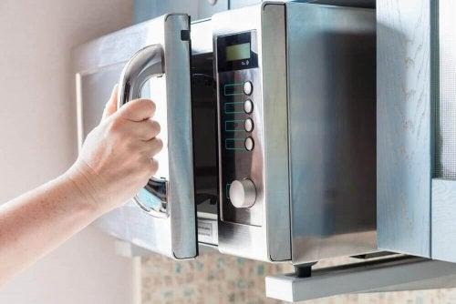 Преди да използвате микровълновата за готвене, трябва да я подготвите.