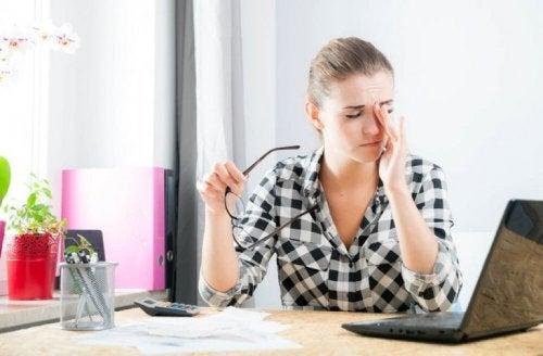 Жена пред компютъра