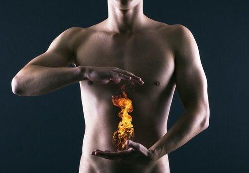 При киселини в стомаха: един мъж и държи огън, фотомонтаж