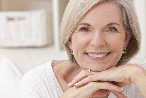 Усмихнато лице на възрастна жена