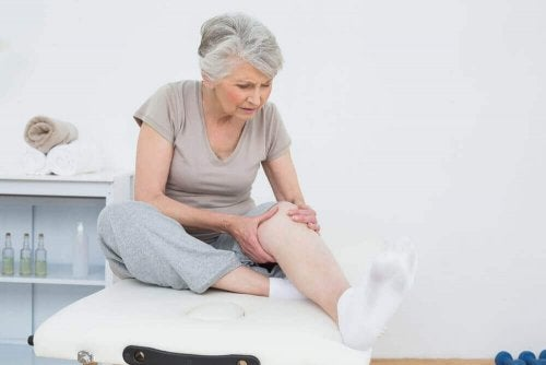 Една възрастна жена в лекарски кабинет и се е хванала за коляното