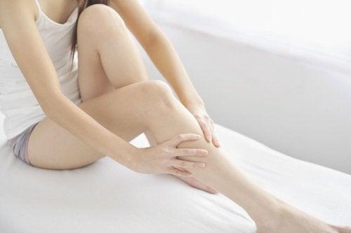 Пукането в краката може да се дължи на различни причини.