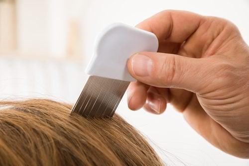 За чиста коса по-дълго време: решете се с гребен