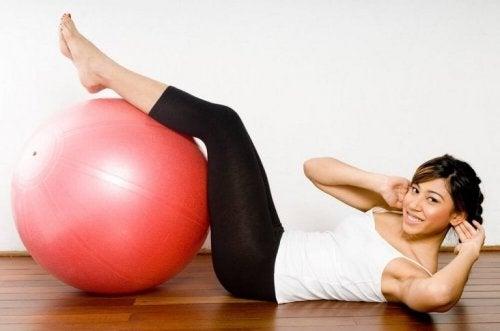 Високите нива на кръвна захар: една жена прави упражнения на пода