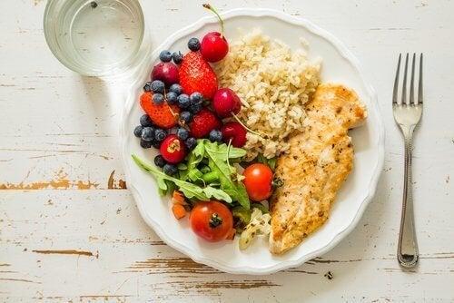 При киселини в стомаха: една чиния с различни храни, вилица и лъжица