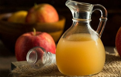За лечение на възпалени очи: ябълков оцет в кана и ябълки на маса