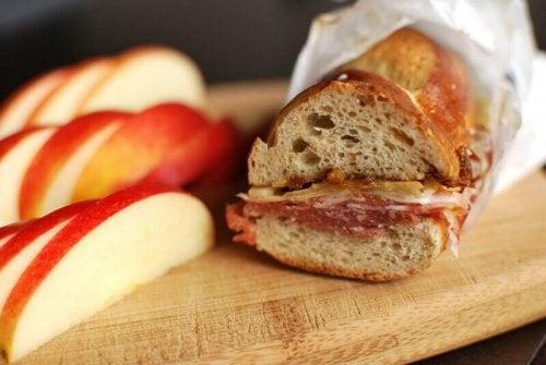 Сандвич с пълнозърнест хляб и шунка