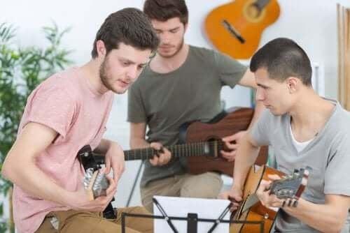 Артистичните извънкласни занимания развиват ресица ценни качества в децата.