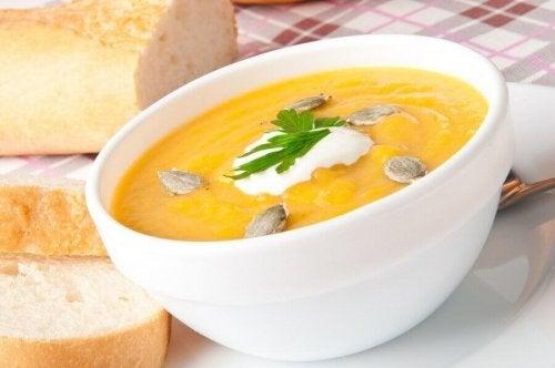 Крем супа от тиква със сметана, в купичка.