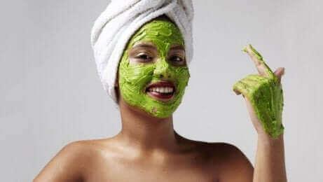 Използвайте хидратиращи маски против появата на тъмни петна от слънцето.