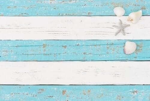 Синият и белият цвят са основни при красивия морски декор.