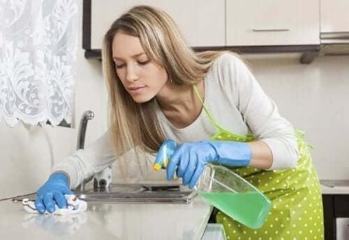 В дома има редица места, които се нуждая от почистване с обезмаслители.