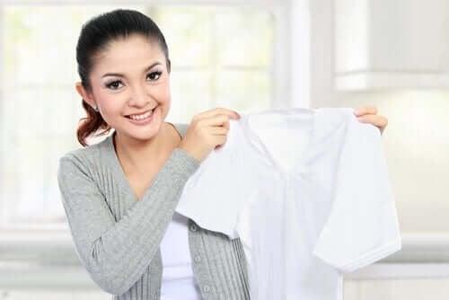 Препаратите за стъкло ще ви помогнат да почистите упоритите петна от дрехите.