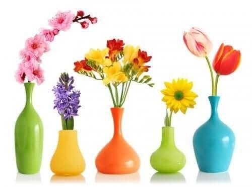 Украсете лесно и бързо вазите си със спрей боя.