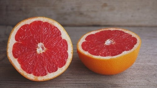 За стопяване на килограми: грейпфрут, разрязан на две