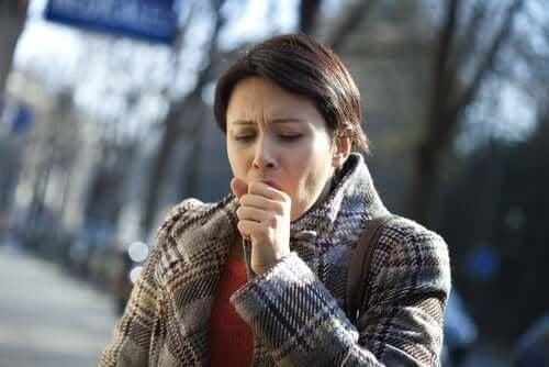 Костохондритът е една от причините за появата на болка в гърдите при кашляне.