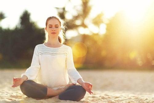 Медитирайте, за да изпълните живота си с положителна енергия.