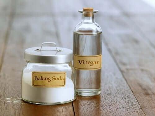 Оцетът и содата са чудесни помощници за почистването на дома.