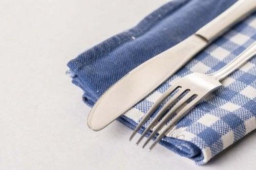 Подредете кухнята си с ръчно изработена поставка за прибори от кърпи.