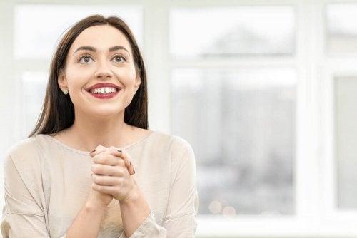 Чувството за самота: една млада жена се усмихва