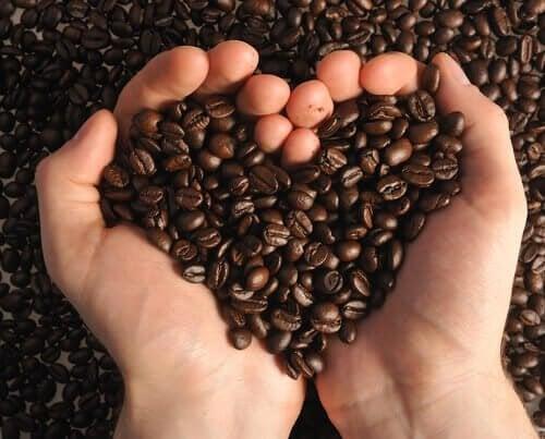 За отстраняване на черни точки: две ръце, във формата на сърце, държат зърна от кафе