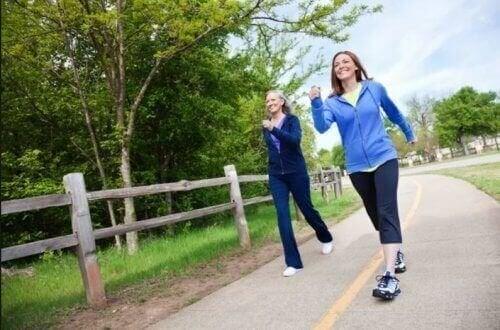 Вървенето пеша понижава риска от депресия и деменция.