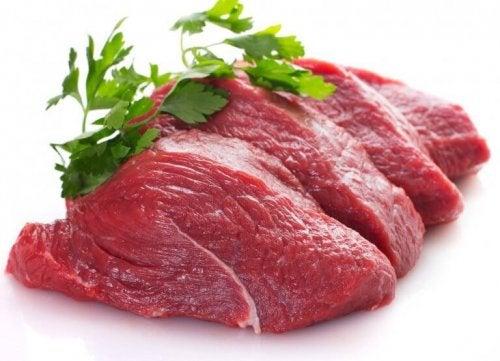 Парче сурово червено месо със стръкче магданоз върху него