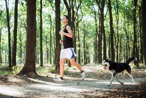 Едно момче тиза за здраве със своето куче в парка