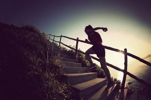 Една млада жена изкачва стълби