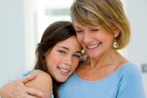 Снимка на усмихнати майка и дъщеря