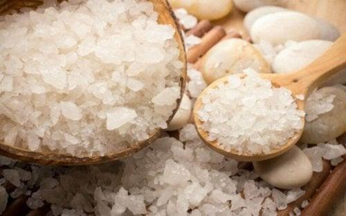 Кожните гъбични инфекции: морска сол в дървена лъжица и в купичка