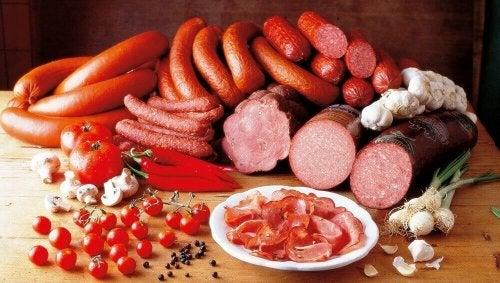 Снимка на различни видове колбаси и меса на маса