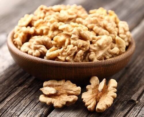 Храни, които повишават настроението: купичка с орехови ядки