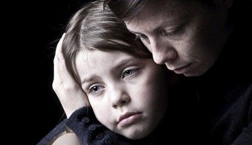 Снимка на едно тъжно дете и на майка, която го е прегърнала