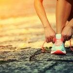 Рутинни упражнения за тонус: връзване на маратонки