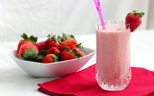 напитки афродизиаци: ягоди в чиния и сок от ягоди
