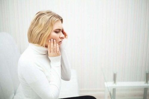Болката в зъба може да е свързана с увреждането на емайла му.
