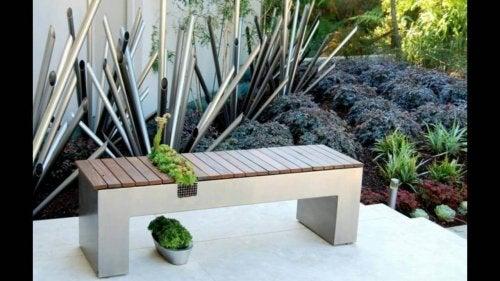 Малка пейка на балкона