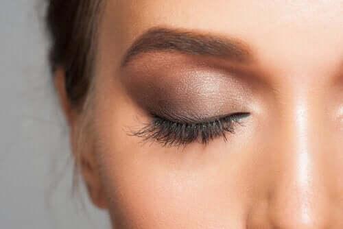 Снимка на гримирано дясно око на жена