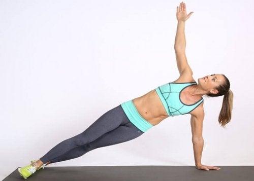 Стройни и хубави бедра: упражнения за странично повдигане на краката