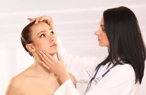 Една докторка преглежда една млада жена