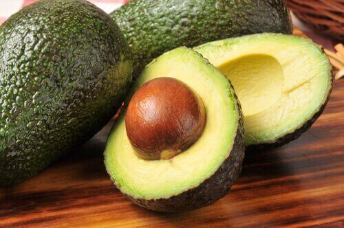 За да намалите холестерола: снимка на авокадо нарязано и цяло