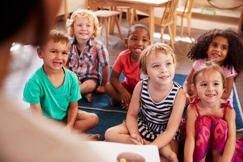 Най-доброто училище: снимка на усмихнати деца, седнали на пода