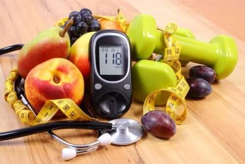 Снимка на плодове, глюкомер и докторска слушалка.