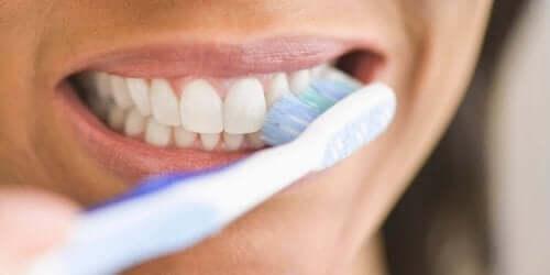 Редовното миене на зъбите понижава риска от кървящите венци.